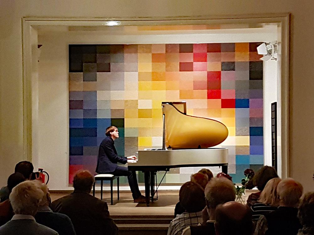 2. EichkampClassics-Konzert – Klavierspielen pur. Ein Pianist arbeitet am Klavier