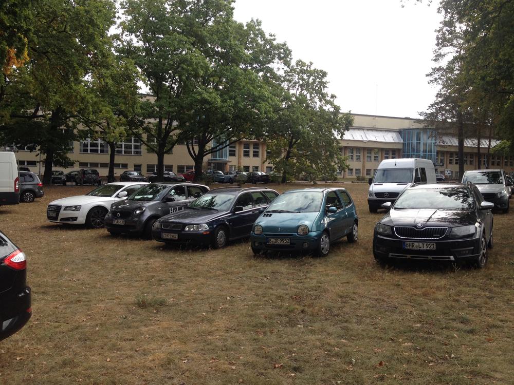 Wildes Parken auf der Wiese vor dem Mommsenstadion