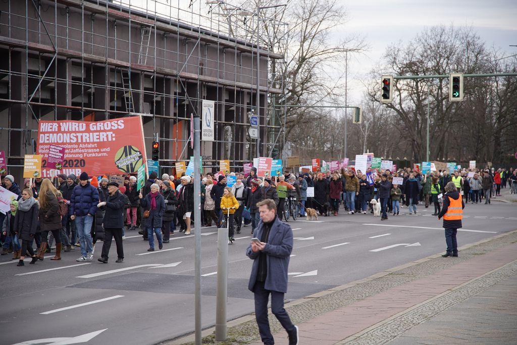 Hunderte demonstrieren gegen die Pläne der DEGES zum Umbau des Autobahndreiecks Funkturm