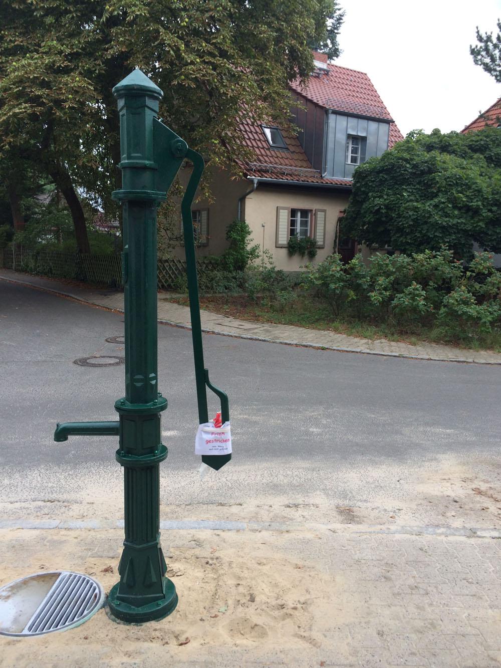 Neue Wasserpumpe am Zikadenweg: Wasser per Muskelkraft
